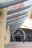 Fyrkantigt leda för halvö till ingången för arena O2 i London arkivbild