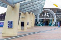 Fyrkantigt leda för halvö till ingången för arena O2 i London arkivbilder