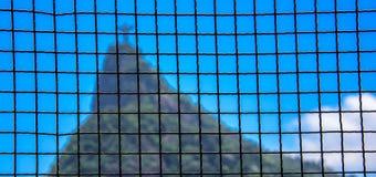 Fyrkantigt raster och oskarpt Corcovado berg på bakgrunden royaltyfri fotografi