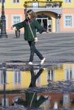 fyrkantigt turist- barn för stadsreflexioner Arkivbild
