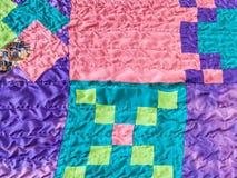 Fyrkantstycken av tyger i sydd patchwork Royaltyfri Bild