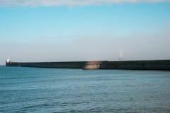 Fyrnederlag i en ogenomskinlighet i Aberdeen hamningång Royaltyfri Bild