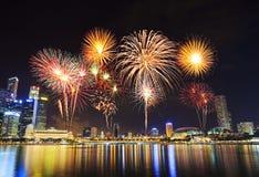 Fyrverkeri över cityscape av den Singapore staden på natten Royaltyfri Bild