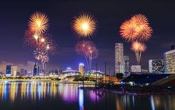 Fyrverkeri över cityscape av den Singapore staden på natten Arkivbild