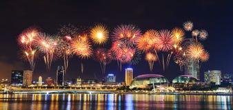 Fyrverkeri över cityscape av den Singapore staden på natten Royaltyfria Bilder
