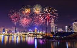 Fyrverkeri över cityscape av den Singapore staden på natten Royaltyfri Fotografi