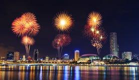Fyrverkeri över cityscape av den Singapore staden på natten Fotografering för Bildbyråer