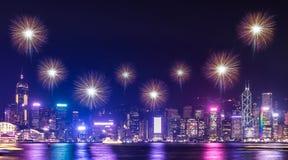 Fyrverkeri över cityscape som bygger nära havet på nattetidcelebrat arkivbild