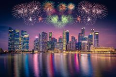 Fyrverkeri över Singapore horisont och sikt av skyskrapor på Marin arkivbild