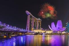 Fyrverkeri över spiralbron med Marina Bay Sands i backgrou Fotografering för Bildbyråer