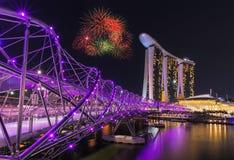Fyrverkeri över spiralbron med Marina Bay Sands i Singapore Royaltyfria Foton