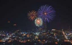 Fyrverkeri av den HuaHin nedräkningen på helgdagsafton för nya år Royaltyfri Foto