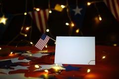 Fyrverkeri firar självständighetsdagen av Amerikas förenta staternationen på fjärdedelen av Juli med oss flaggan, royaltyfri fotografi
