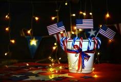 Fyrverkeri firar självständighetsdagen av Amerikas förenta staternationen på fjärdedelen av Juli med oss flaggan, arkivbilder