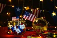 Fyrverkeri firar självständighetsdagen av Amerikas förenta staternationen på fjärdedelen av Juli med oss flaggan, arkivfoto
