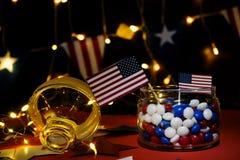 Fyrverkeri firar självständighetsdagen av Amerikas förenta staternationen på fjärdedelen av Juli med oss flaggan, arkivbild