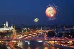 Fyrverkeri i Moskva på segerdag i det stora patriotiska kriget Royaltyfri Fotografi