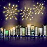 Fyrverkeri i staden Fyrverkeri i natthimlen i staden Stjärnor i natthimmelbelysningen med fyrverkerit Arkivfoto