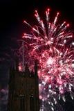 Fyrverkeri med ett torn i förgrunden Royaltyfria Bilder