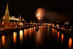fyrverkeri moscow över floden Royaltyfri Bild