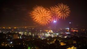 Fyrverkeri på den 60th dagen för Hanoi befrielse på Hoan Kiem sjön, Hanoi, Vietnam Arkivfoto