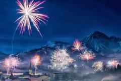 Fyrverkeri på helgdagsaftonen för nya år i Österrike Fotografering för Bildbyråer