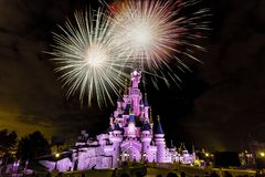 Fyrverkeri på Paris prinsessas slott royaltyfri bild