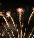 Fyrverkeriberöm över stadionsjälvständighetsdagen Juli framåt royaltyfria foton