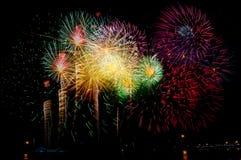 Fyrverkeriberöm på natten på utrymme för nytt år och kopierings- abs Arkivbilder