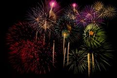 Fyrverkeriberöm på natten på utrymme för nytt år och kopierings- abs Arkivfoto