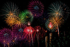 Fyrverkeriberöm på natten på utrymme för nytt år och kopierings- abs Arkivbild