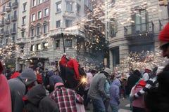 """Fyrverkeri""""devils"""" på Correfoc Brand-körningar, LaMerce festival, Barcelona, Catalonia, Spanien arkivbild"""