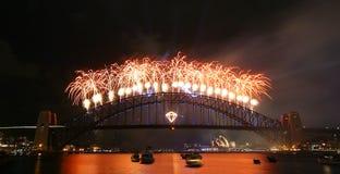 Fyrverkeridisplau över hamnbron Royaltyfri Foto