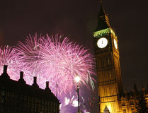 2013 fyrverkerier över Big Ben på midnatt Royaltyfria Bilder