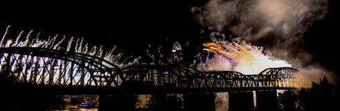 Fyrverkerier över den Cincinnati horisonten och järnvägsbron Arkivbild