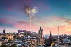 Fyrverkerier över det Edinburgh slottet Arkivfoton