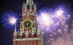Fyrverkerier över det Spasskaya tornet kremlin moscow russia arkivfoto