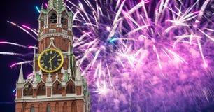 Fyrverkerier över det Spasskaya tornet kremlin moscow russia arkivfoton