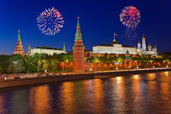 Fyrverkerier över Kremlin i Moscow Arkivbild