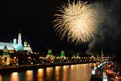 Fyrverkerier över MoskvaKreml på natten Royaltyfri Foto