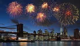Fyrverkerier över NYC Arkivfoton