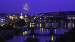 Fyrverkerier över Prague och Charles Bridge Royaltyfri Bild