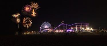 Fyrverkerier över Santa Monica Pier Arkivbild