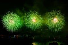 Fyrverkerier över staden av Annecy i Frankrike för Annecy sjön Fotografering för Bildbyråer