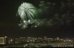 Fyrverkerier exploderar över VDNKH i Moskva, Ryssland Royaltyfri Fotografi