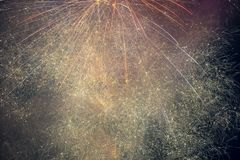 Fyrverkerier exploderar i himlen på 4th Juli Arkivbild