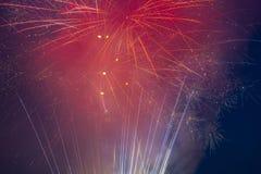 Fyrverkerier exploderar i himlen på 4th Juli Royaltyfri Bild