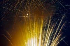 Fyrverkerier exploderar i himlen på 4th Juli Royaltyfri Fotografi