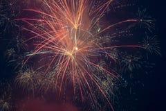 Fyrverkerier exploderar i himlen på 4th Juli Arkivfoton