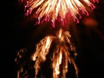 Fyrverkerier färgar ljust den svarta himlen under 4th Juli Royaltyfria Foton
